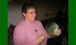 Andrée présente la pièce pour le  tirage annuel 2007: Poppy Show, assiette,  vert glacier