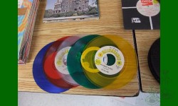 Disque vinyle de couleur, 45 tours 7 pouces. Existé de 1950-2002