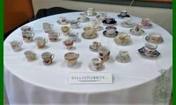 Tasses miniatures et soucoupes